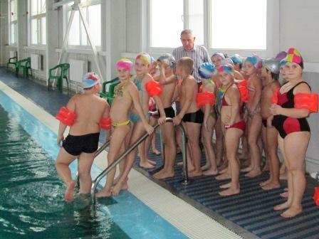 На уроках плаванья Знаниям внимаем мы! С нами всюду тренер наш: Получаем инструктаж!