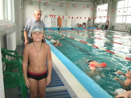 Объявляют нам заплыв: Я старался, быстро плыл! Мной гордиться будет мама: Ведь приплыл я первый самый!