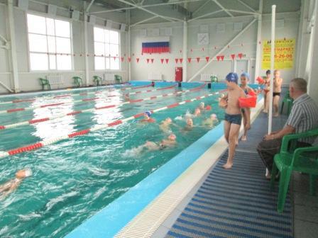 Тренер наш хорош вполне: Учит плавать на спине!  Страха нет на наших лицах! Мы нисколько не боимся!