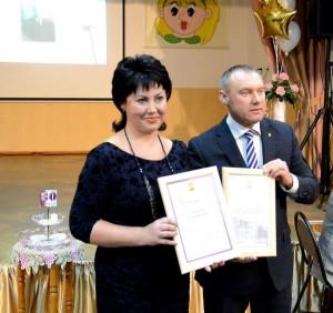 Кравцов поздравил коллектив учителей с юбилеем школы и вручил благодарственную грамоту директору Е.И.Дудкиной