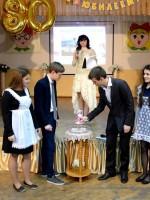 «Свечу Юности» зажигают учащиеся школы Дергоусова Алиса, Марадуда Данил, Успенский Кирилл и Узбекова Лейла