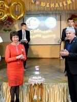 «Свечу Успеха» зажигают выпускники 1980 года Г.А.Хорошаев,  А.Г.Горцевской и Н.В.Бала.